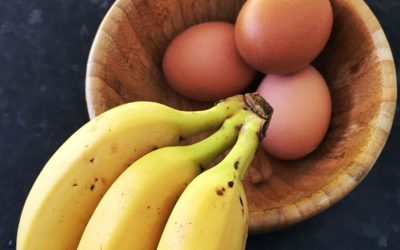 Why choose a hard-boiled egg and a banana as a healthy snack choice?